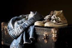 牛仔裤和运动鞋 免版税库存图片