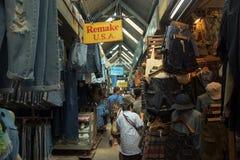 牛仔裤商店的游人在Jatujak市场上 免版税库存照片
