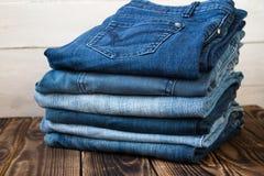 牛仔裤在木板堆 免版税图库摄影