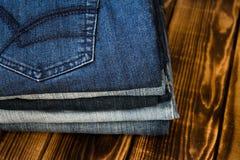 牛仔裤在木板堆 库存图片
