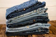 牛仔裤在木板堆 免版税库存照片