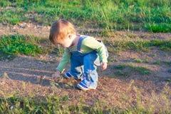 牛仔裤工作服的孩子在远足 免版税库存图片