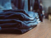 牛仔裤架子的时尚商店 偶然牛仔布衣物 概念  免版税库存图片