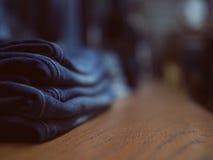牛仔裤架子的时尚商店 整洁地被折叠的衣裳 概念o 免版税图库摄影