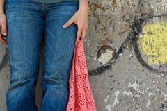 牛仔裤的女孩有桃红色披肩的 免版税库存照片