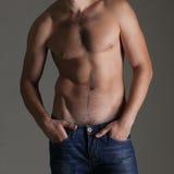 牛仔裤的性感的肌肉赤裸人 库存照片