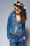 牛仔裤的成套装备和太阳镜时尚妇女 库存图片