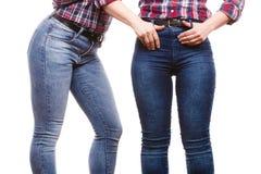 牛仔裤裤子的两名妇女 免版税库存图片