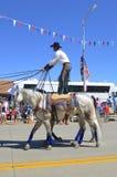 牛仔骑两匹马,当站立时 免版税库存照片