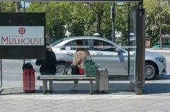 牟罗兹-法国- 2017年5月10日-等待带着手提箱的妇女在 库存照片