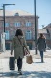 牟罗兹-法国- 2017年5月10日-走与袋子的妇女为 库存照片