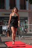 牟罗兹-法国- 2017年6月10日-走与黑色的时装模特 库存图片