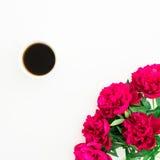 牡丹、叶子和热的咖啡的花卉样式在杯子在白色背景 平的位置,顶视图 被设色的背景秀丽蓝色概念容器装饰性的深度详细资料域充分的仿效宏观自然超出珍珠浅天空 免版税库存图片