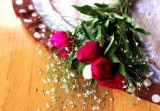 牡丹五颜六色的花束在桌上的 免版税库存图片
