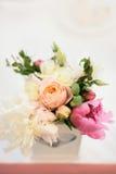 牡丹和玫瑰的植物布置 库存图片