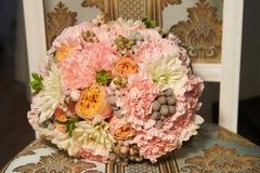 牡丹玫瑰婚礼花束经典圆形  floristry 免版税图库摄影