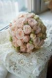 牡丹玫瑰婚礼花束经典圆形  floristry 免版税库存图片