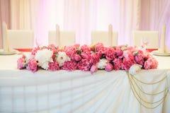 牡丹的植物布置在桌上的 免版税库存照片