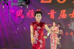 牡丹秀丽女性cheongsam展示 库存照片