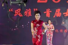 牡丹秀丽女性cheongsam展示 图库摄影