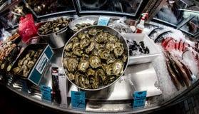 牡蛎和海鲜在市场上 免版税库存照片