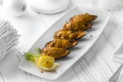 牡蛎服务用柠檬和莳萝在板材 库存图片