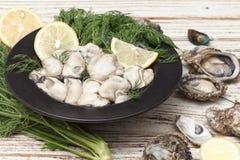 牡蛎海鲜柠檬新鲜的淡菜亚洲开胃菜 免版税图库摄影