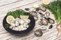 牡蛎海鲜柠檬新鲜的淡菜亚洲开胃菜 免版税库存图片