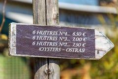 盖帽白鼬,阿卡雄湾,法国 牡蛎的不同的大小的装饰标志 库存照片