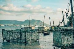 牡蛎笼子在一个湖等候渔夫部署他们在越南 库存图片