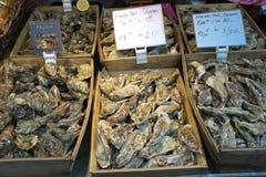 牡蛎被卖在街市上在巴黎 人走的和买的食物 库存照片