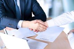 牢固的握手的特写镜头图象在两个同事之间的在签合同以后 免版税图库摄影