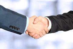 牢固的握手的特写镜头图象在两个同事之间的 免版税库存图片