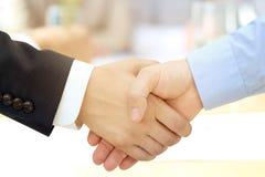 牢固的握手的特写镜头图象在两个同事之间的 库存照片