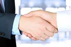 牢固的握手的特写镜头图象在两个同事outsi之间的 免版税库存照片