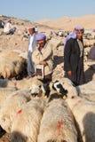 牧羊人和人们是在牲畜市场上 库存图片