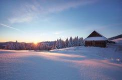 牧羊人在喀尔巴阡山脉安置在冬天 库存图片