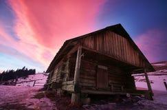 牧羊人在喀尔巴阡山脉安置在冬天 库存照片