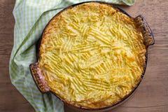 牧羊人饼-名菜在爱尔兰 发牢骚肉,土豆泥、乳酪、红萝卜、葱和绿豆砂锅在烘烤盘 免版税库存图片