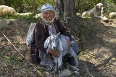 牧羊女和她的山羊 免版税库存照片