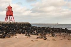 牧群Groyne灯塔在南希尔兹 免版税库存照片