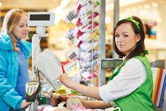 购物。在超级市场商店检查 免版税库存图片