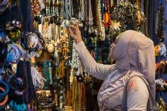 购物一些材料的美丽的妇女 库存图片