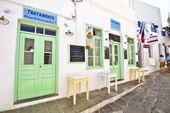 购物与甜点和油炸圈饼在锡弗诺斯岛基克拉泽斯希腊 库存图片