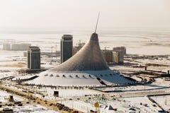 购物中心可汗Shatyr的顶视图在冬天在一个晴天在阿斯塔纳,哈萨克斯坦 图库摄影