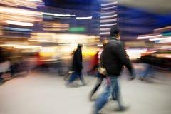 购物中心在黄昏的人迷离 免版税库存照片