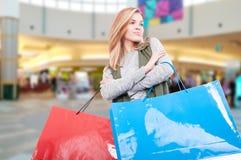 购物中心的可爱的年轻购物女性 库存照片