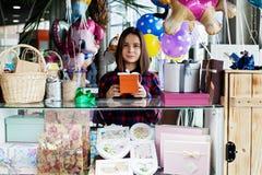 购物中心的美丽的妇女礼物卖主 免版税图库摄影