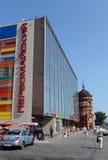 购物中心` Pervomaisky在远景Krasnoarmeyskom的`和` Edem `在Barnaul 免版税图库摄影