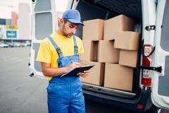 货物交付、传讯者和卡车有箱子的 库存照片